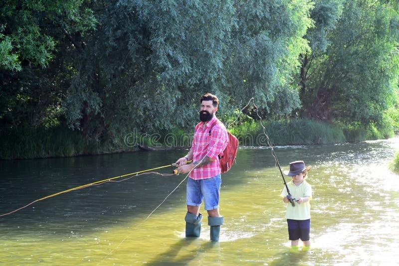 Pesca do pai e do filho Pai e filho que relaxam junto Pesca do rapaz pequeno com pai fotos de stock