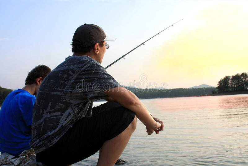 Pesca do por do sol fotografia de stock royalty free