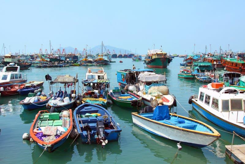 Pesca e barcos de casa escorados em Cheung Chau imagens de stock