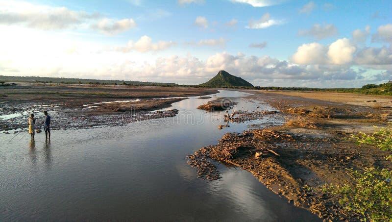 Pesca em um rio seco fotografia de stock royalty free