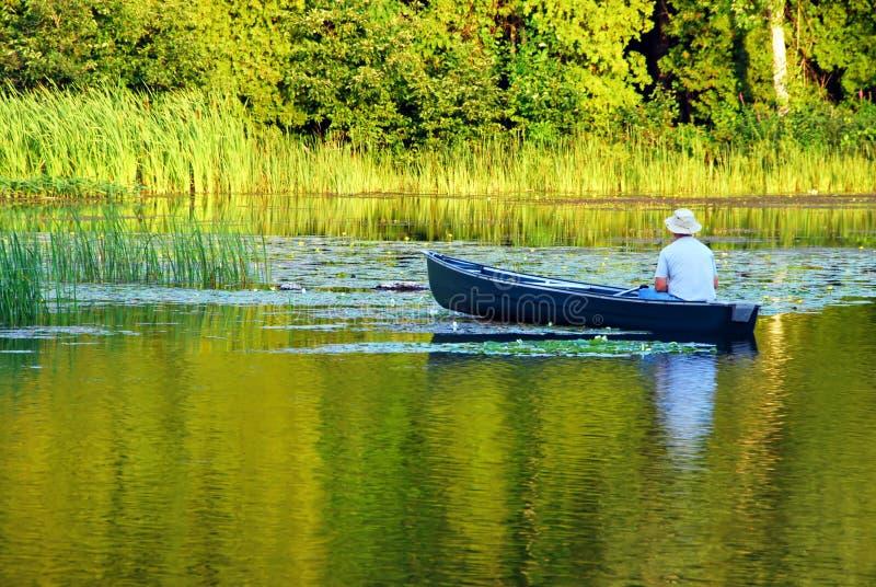 Pesca em uma canoa foto de stock