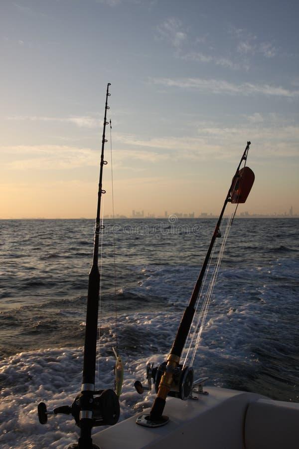 Pesca en el barco en la mañana en uae imagenes de archivo