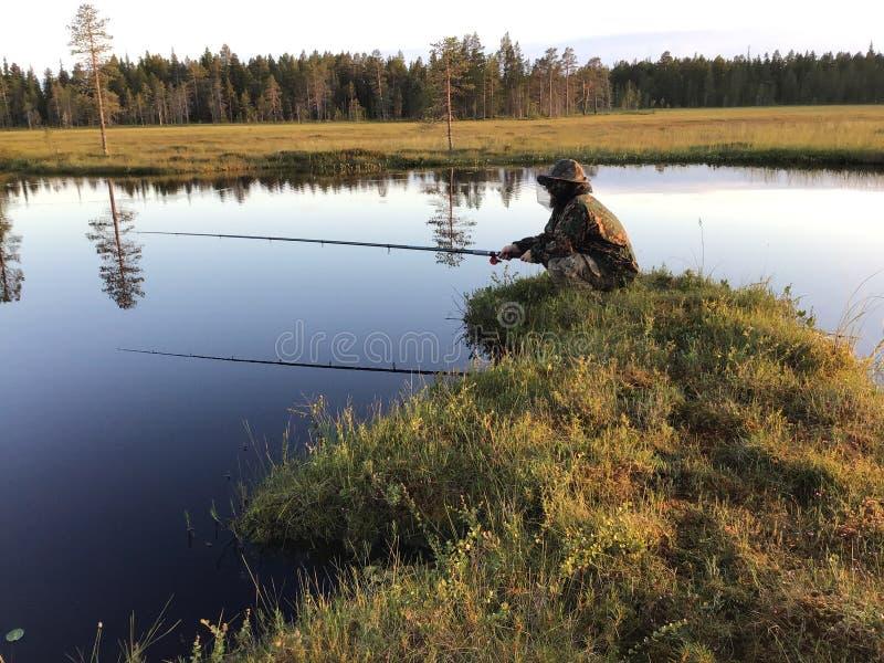 Pesca en el bosque fotos de archivo