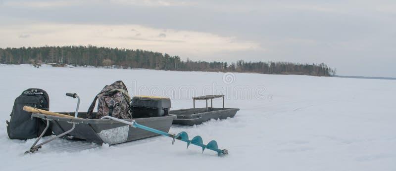 Pesca en el depósito de Rybinsk en la región de Yaroslavl fotos de archivo