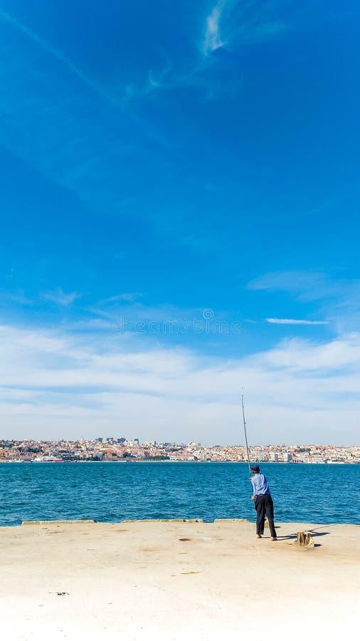 Pesca en el embarcadero Lisboa foto de archivo libre de regalías
