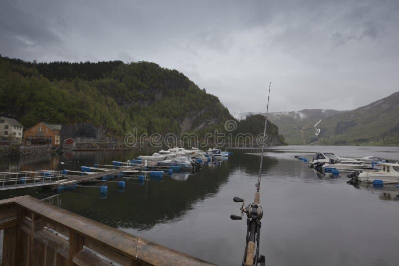 Pesca en el fiordo noruego de la tierra imágenes de archivo libres de regalías