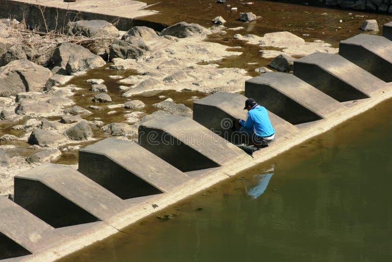 Pesca en el puente fotos de archivo