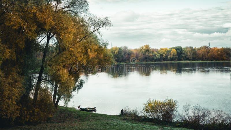 Pesca en el río imagen de archivo libre de regalías