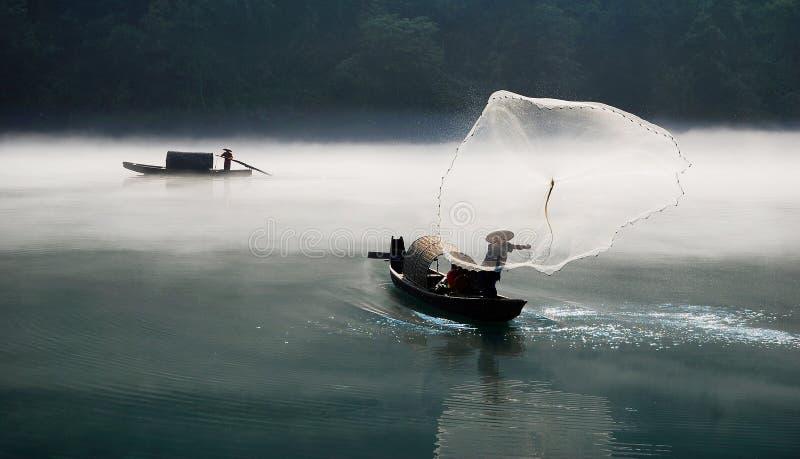 Pesca en el río de la niebla imágenes de archivo libres de regalías