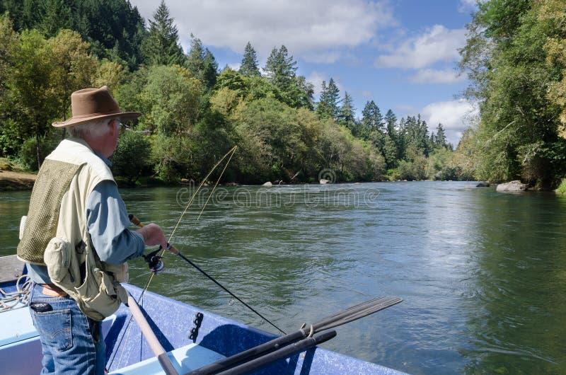Pesca en el río de McKenzie imagenes de archivo