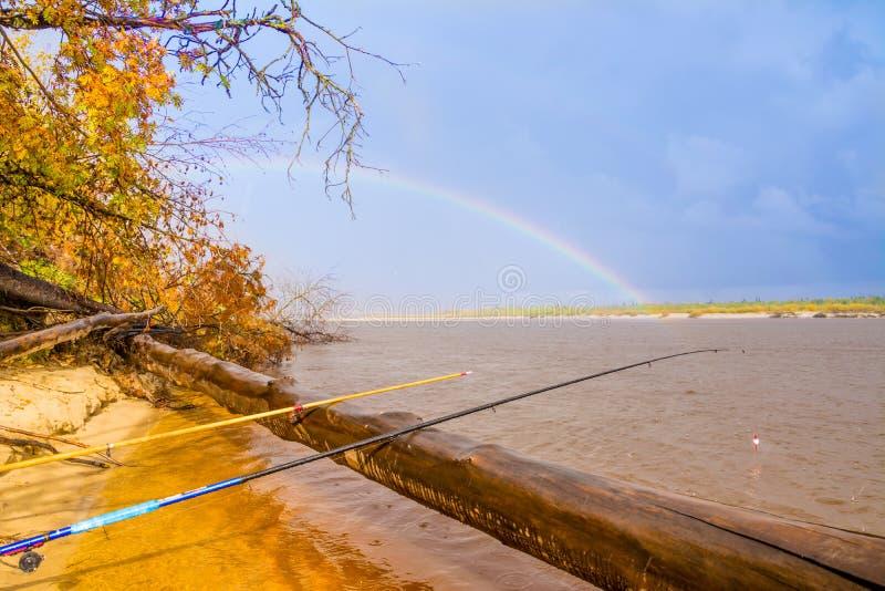 Pesca en el río Nadym y el arco iris hermoso Yamal foto de archivo libre de regalías
