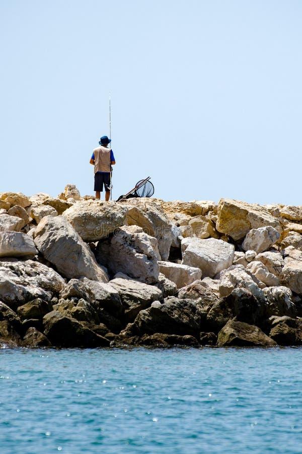 Pesca en la costa de Algarve, Portugal del hombre imagen de archivo