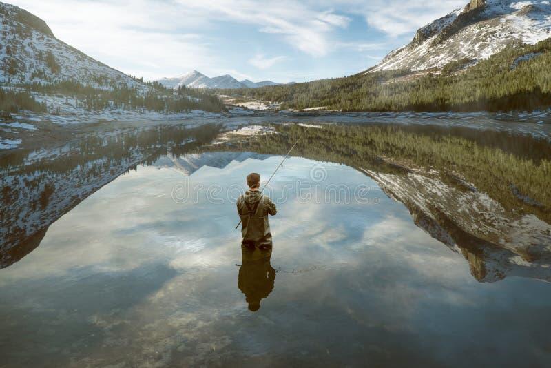 Pesca en lago montañoso imagen de archivo libre de regalías