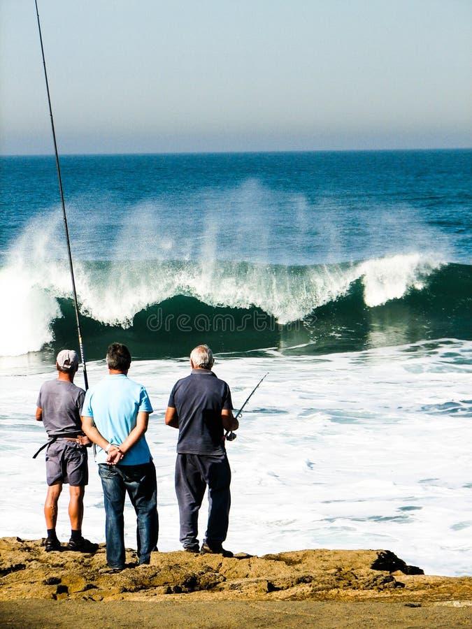 Pesca en las ondas atlánticas fotografía de archivo