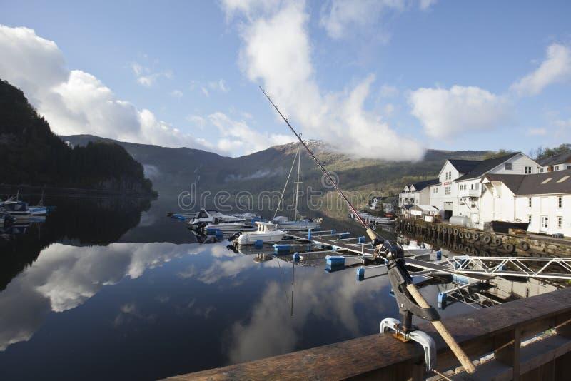 Pesca en Noruega por el tiempo soleado fotos de archivo