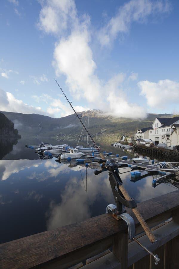 Pesca en Noruega por el tiempo soleado imagenes de archivo