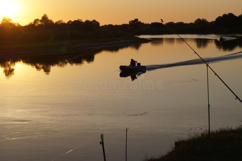 Pesca en Pripyat en la puesta del sol fotos de archivo