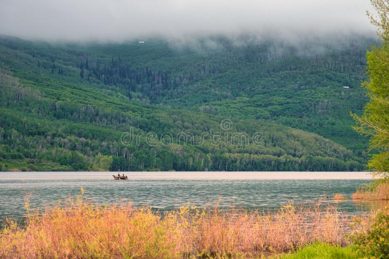 Pesca en Rocky Mountain Fog fotografía de archivo