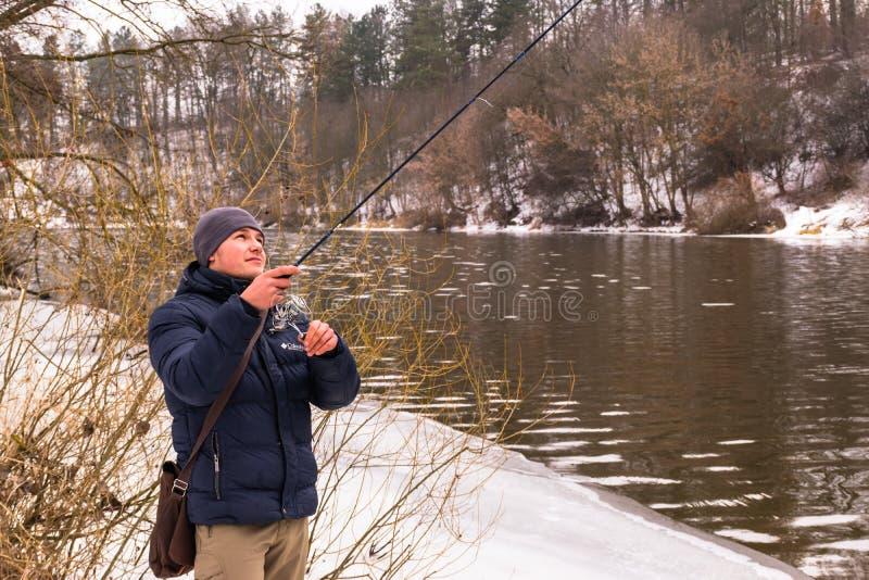 Pesca en un invierno de giro imágenes de archivo libres de regalías