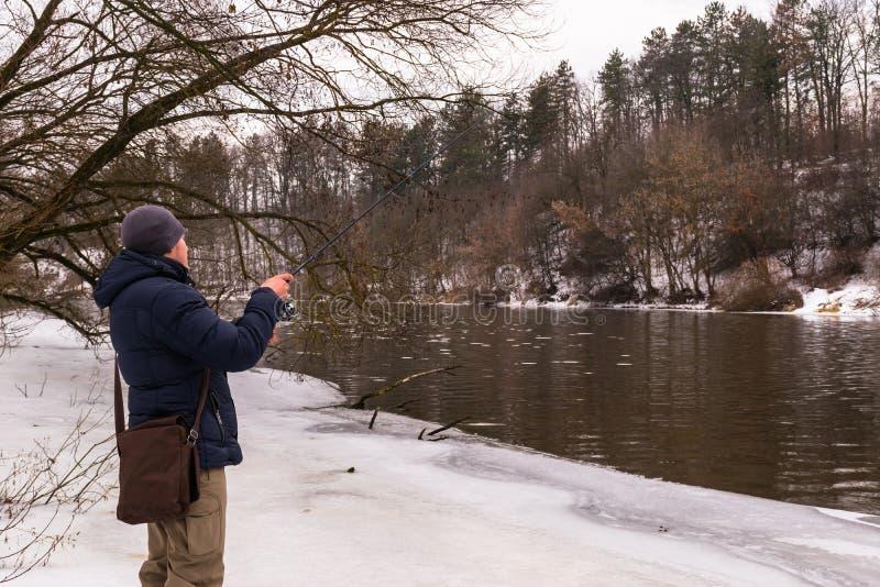 Pesca en un invierno de giro fotografía de archivo