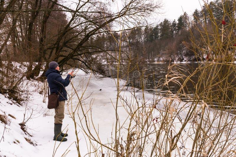 Pesca en un invierno de giro fotografía de archivo libre de regalías