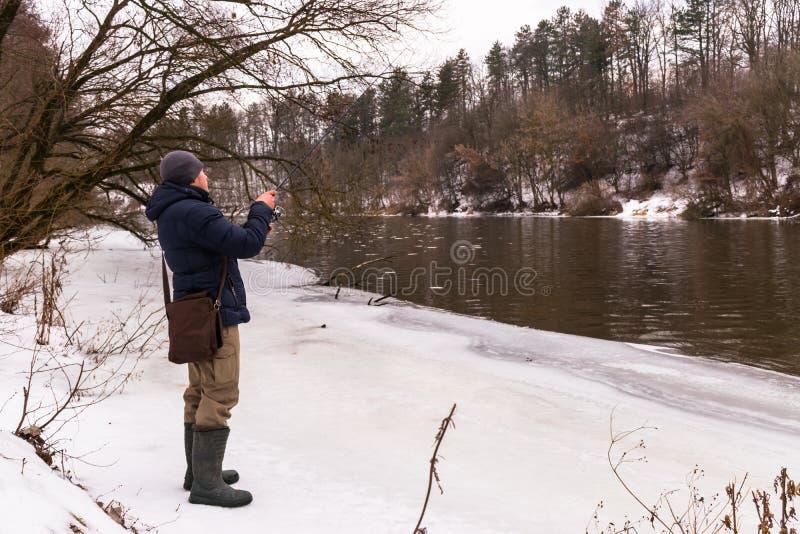 Pesca en un invierno de giro imagen de archivo