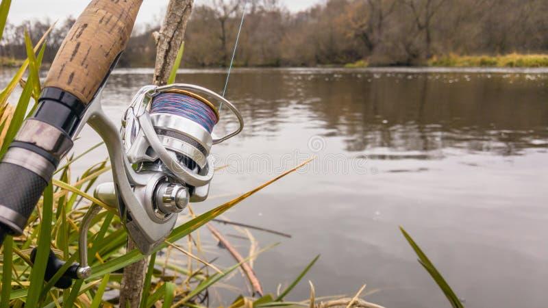 Pesca en un río hermoso fotografía de archivo