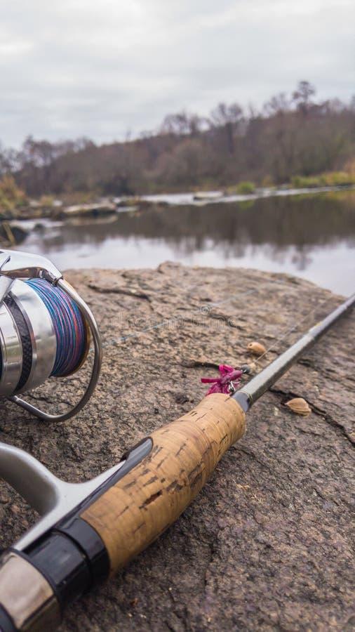 Pesca en un río hermoso imagen de archivo