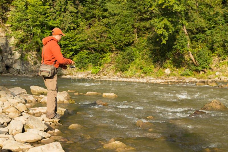 Pesca en un río hermoso imágenes de archivo libres de regalías