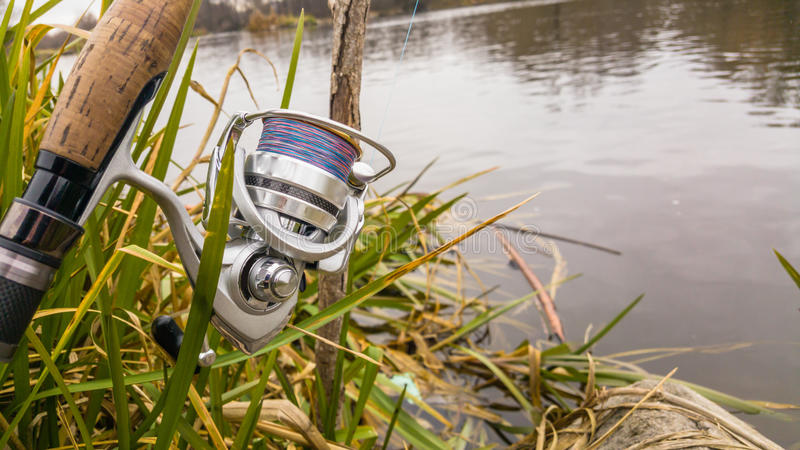 Pesca en un río hermoso fotografía de archivo libre de regalías