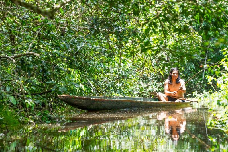 Pesca indigena dell'uomo immagini stock