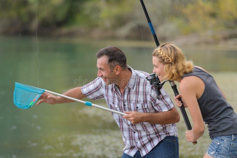 Pesca joven de los pares algo imagenes de archivo