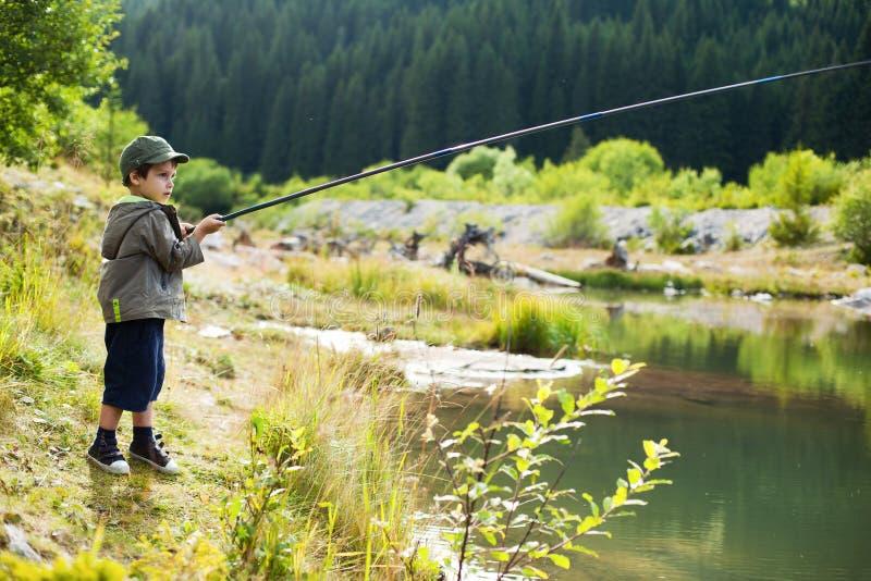 Pesca joven del muchacho fotografía de archivo
