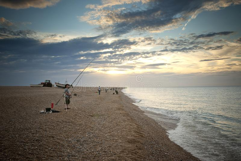 Pesca marittima ed inclinarsi sulla spiaggia al Cley-seguente--mare, Norfolk del nord, Regno Unito - agosto 2012 fotografia stock
