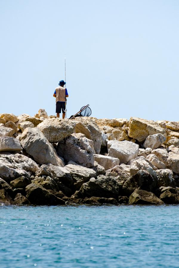 Pesca na costa do Algarve, Portugal do homem imagem de stock