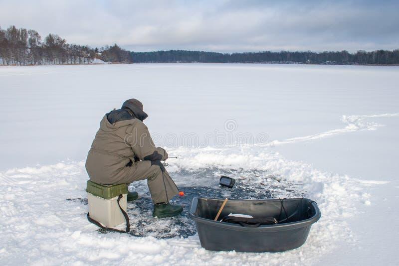 Pesca no gelo com sonar imagem de stock royalty free