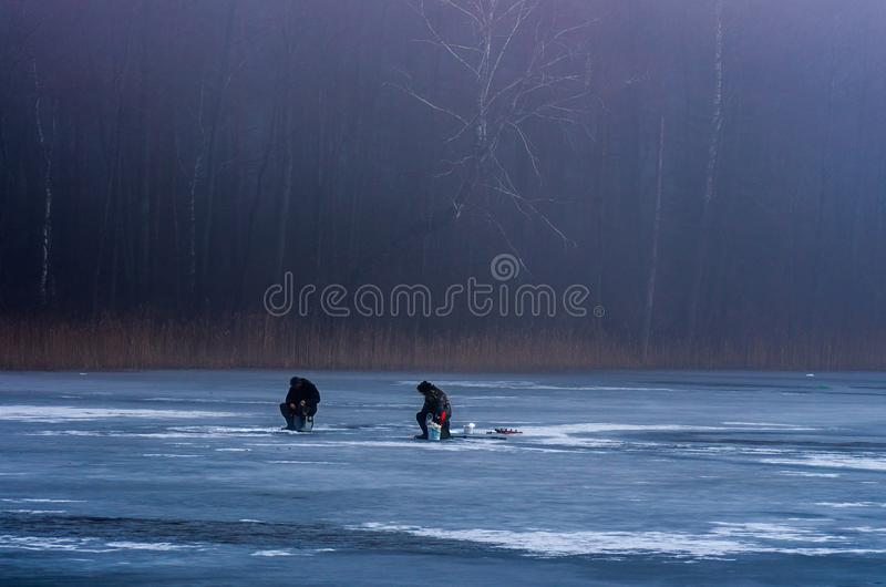 Pesca no lago congelado foto de stock