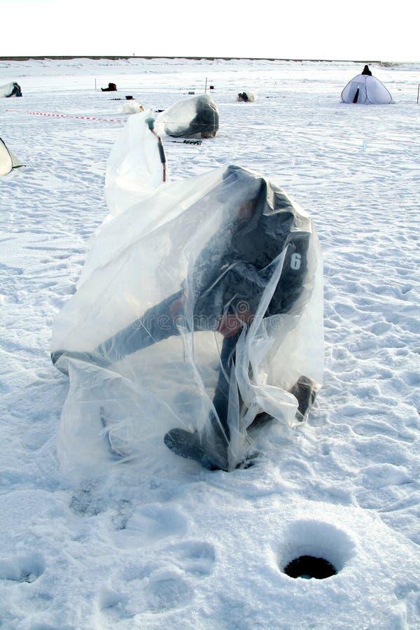Pesca no lago congelado foto de stock royalty free