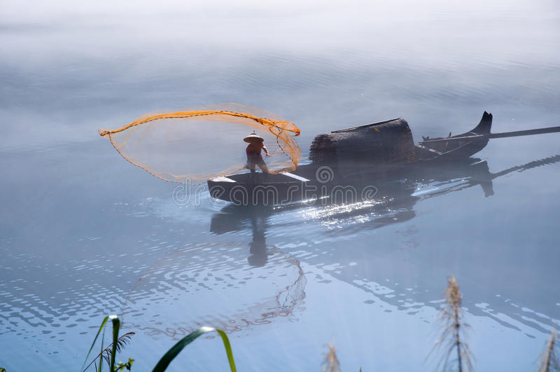 Pesca no lago Dongjiang foto de stock
