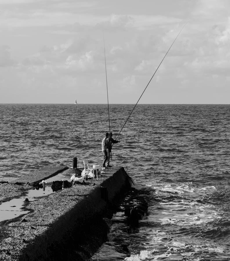 Pesca no mar BW fotos de stock