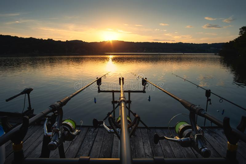 Pesca no por do sol do lago fotos de stock royalty free