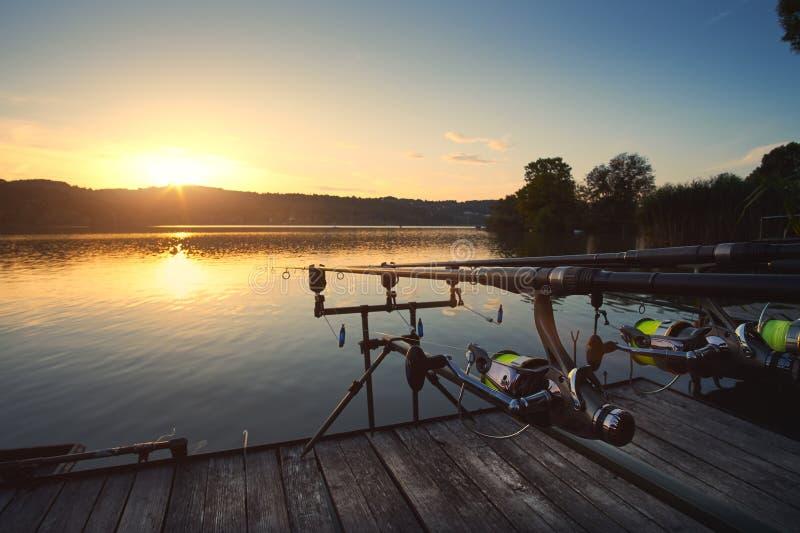 Pesca no por do sol do lago fotos de stock