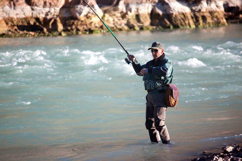 Pesca no rio da montanha foto de stock royalty free
