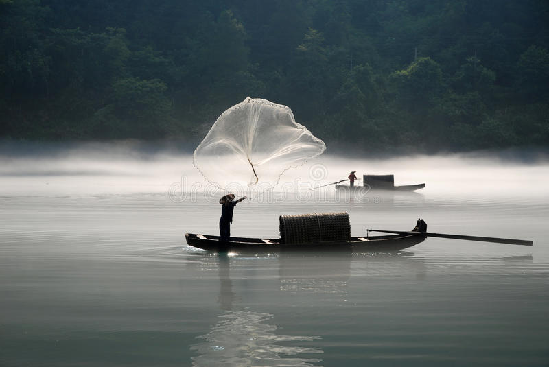 Pesca no rio da névoa imagens de stock royalty free