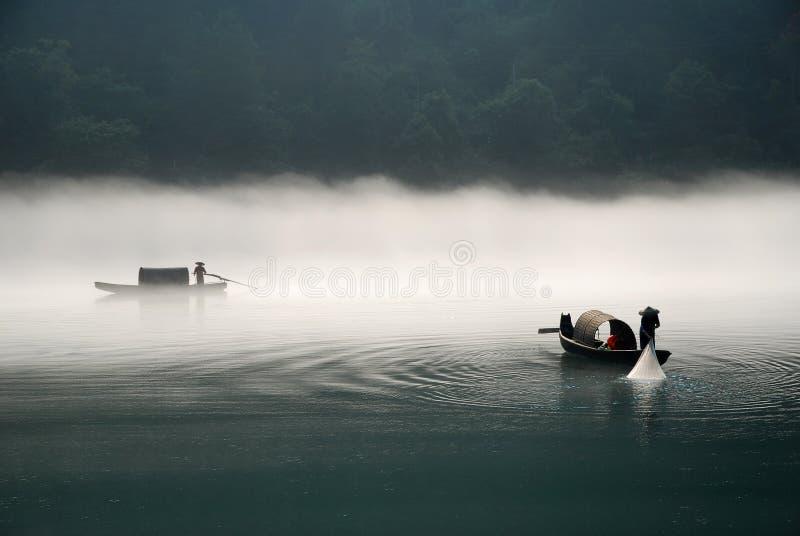 Pesca no rio da névoa fotografia de stock royalty free