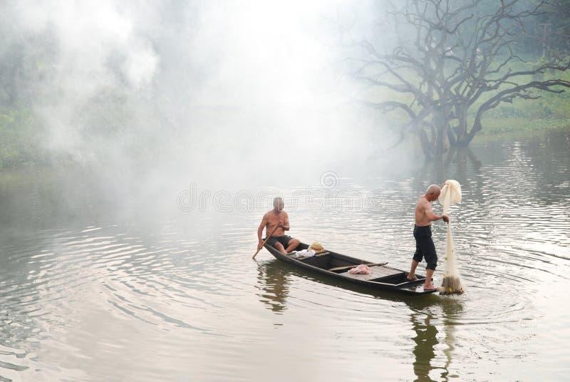 Pesca no rio da névoa imagens de stock