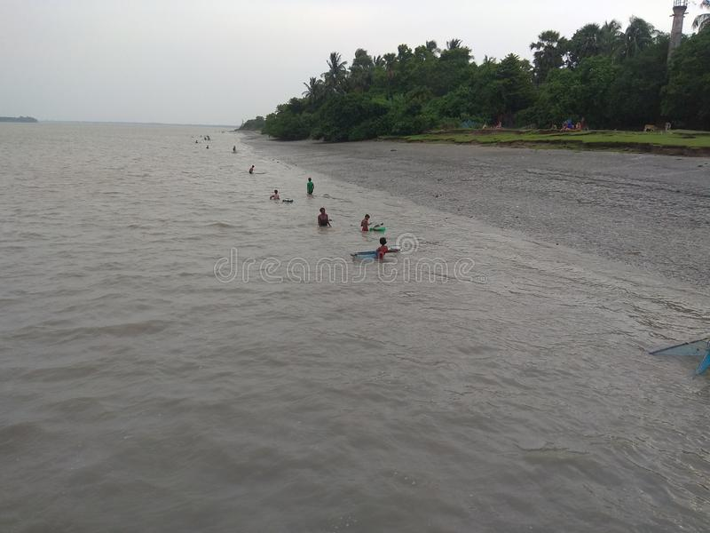 Pesca no rio pela rede imagens de stock royalty free