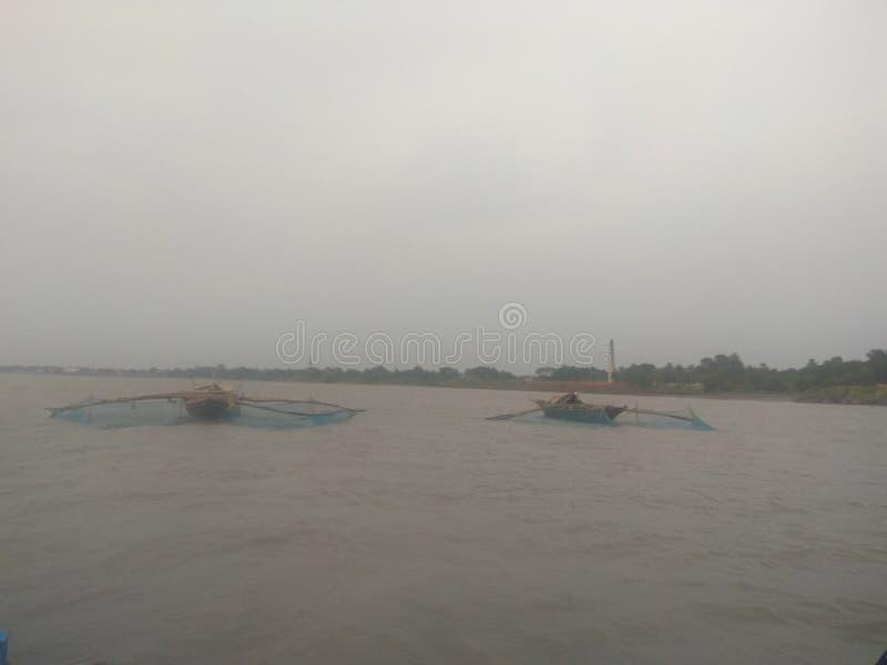 Pesca no rio pelo barco com rede foto de stock royalty free