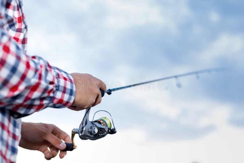 Pesca no rio no por do sol imagem de stock royalty free