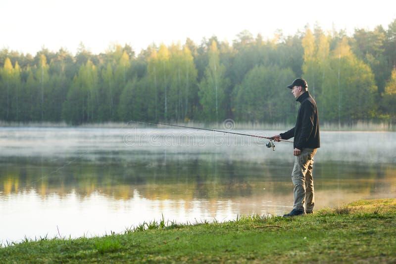 Pesca pescador con madrugada de la barra de giro imagen de archivo libre de regalías